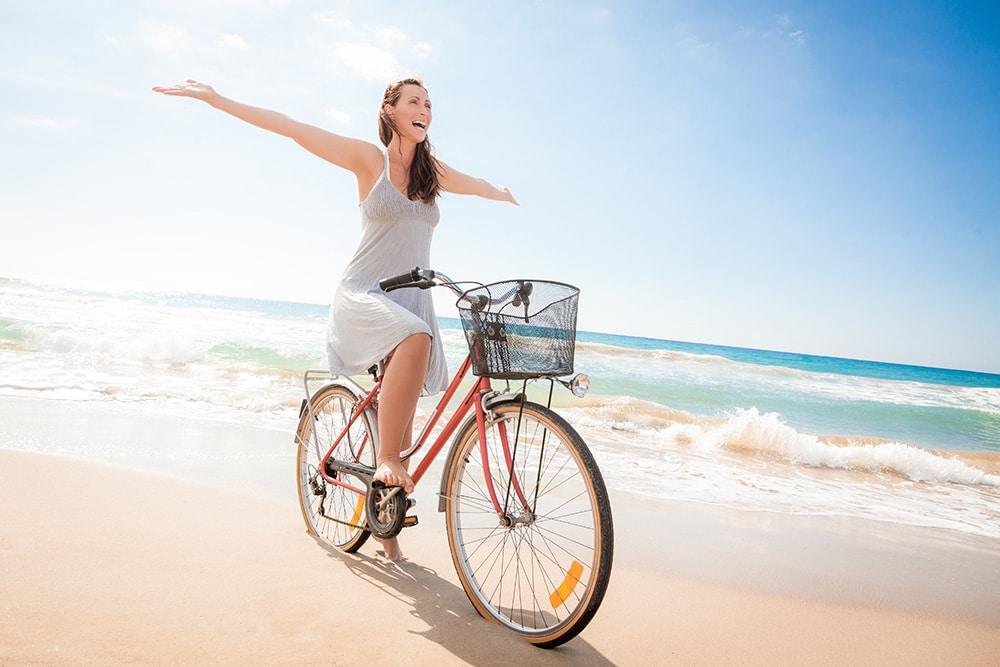 frau sitzt auf fahrrad